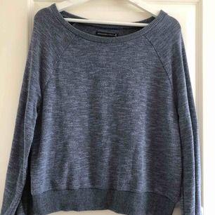 Snygg blå-grå tröja i skönt och svalt material. Endast använd en gång och är därför i nyskick. Märket är Abercrombie & Fitch och köptes i USA. Möts i Stockholm eller köpare står för frakt.