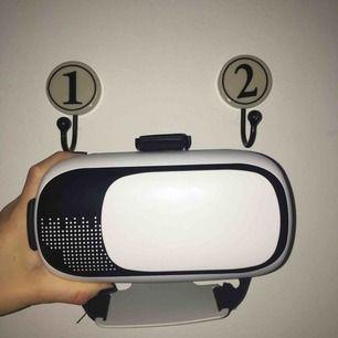 VR glasögon, du behöver en iPhone 6, 6s, 7 eller 8 för att kunna använda dessa. Ladda ner VR appar och testa. Hur kul som helst. Säljer för att jag har 2 st. (Skriv vid intresse för mer beskrivning)