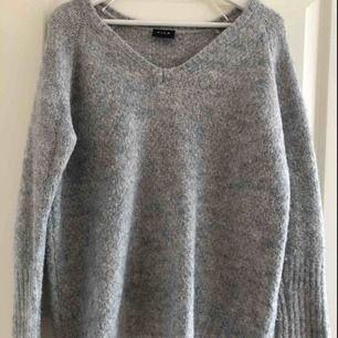 Stickad grå tröja i unikt mönster. 30% ull. Är i perfekt skick. Möts i Stockholm eller köpare står för frakt.