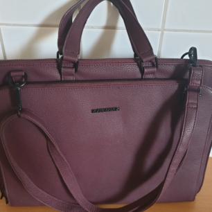 Säljer en helt oanvänd Björn Borg väska, färgen är typ lila/brun. Den har hängt i min Svärmors garderob. Snabb affär uppskattas.   Finns vid Vårvindsgatan eller kan skickas om köparen betalar frakten.