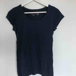 En marinblå t-shirt från H&M (L.O.G.G), aldrig använd. Storlek S.