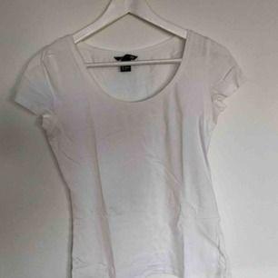 En vit t-shirt från H&M (L.O.G.G) i storlek S.