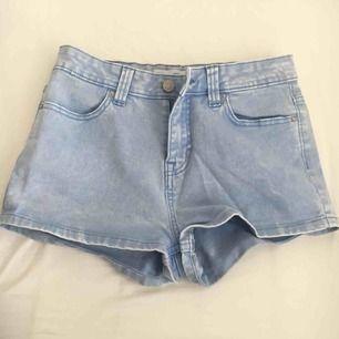 Sjukt snygga jeans shorts i ljus blå färg, fint skick! Möts upp inom stockholm och tar bara kontanter då jag ej har swish🌸  Ska säljas på lopps i maj så passa gärna på innan🌸
