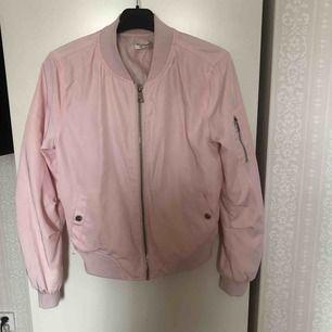 En rosa tunn bomberjacka köpt från Nelly Kan mötas upp i Stockholm! Annars betalar köparen för frakt ⭐️