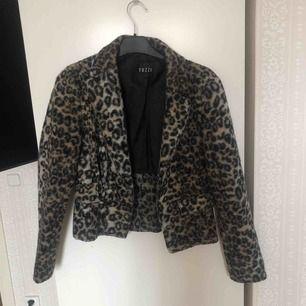 en leopardmönstrad jacka köpt från secondhand Kan mötas upp i Stockholm! Annars betalar köparen för frakt ⭐️