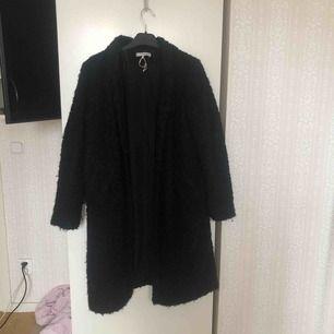 Lurvig lång kappa från Zara. Den slutar vid knäna på mig och jag är 177cm lång. Kan mötas upp i Stockholm! Annars betalar köparen för frakt ⭐️