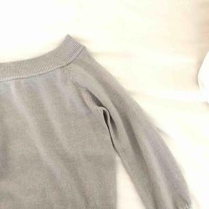 Säljer en offsholuder tröja från Gina som jag inte har använt eftersom att de tomte riktigt är min stil  Frakt tillkommer på 30kr