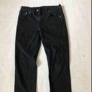 Levis byxor svarta original pris 700kr använda runt 3 månader, inga hål jättefint skick frakt på 35kr