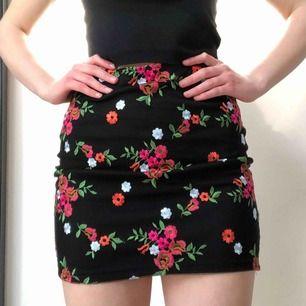 Blommig broderad kjol från Urban Outfitters 🌸 Aldrig använd! Skriv gärna vid övriga frågor ♥️