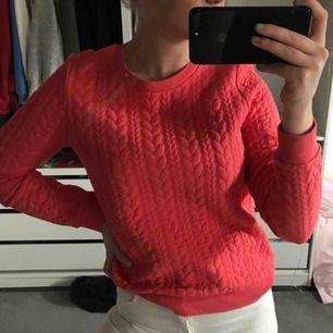 En college tröja i korallfärg från Gant. Använd några gången, storlek S.   Köparen står för frakten, endast swish <3