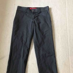 Gråa Dickies byxor jättebra skick har använt dem runt 2-4 månader, anledning till försäljning är för att dem blev för små i midjan. Frakt 35kr