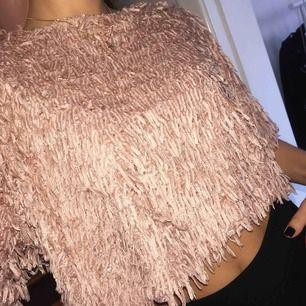 Festtopp i croppad modell från Zara i str Small, frakt på 39kr tillkommer :)