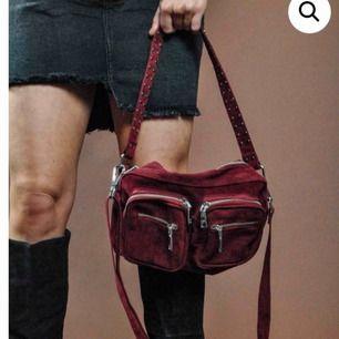 Noella väska, köpt inne på two angels. Rätt mkt använd, Säljs för 400kr kan eventuellt sänkas vid snabb affär!