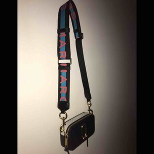 Shitsnygg Marc Jacobs väska!⚡️I modellen Snapshot ⚡️ Använd en gång och därför väldigt bra skick ⚡️ Priset kan diskuteras och kan skicka fler bilder ⚡️ frakt ingår eller så kan jag mötas upp i Göteborg