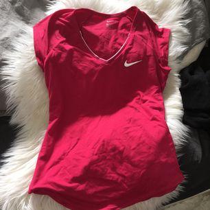 Helt OANVÄND t-shirt från Nike i storlek xs. Nypris 600kr. Köparen står för frakten