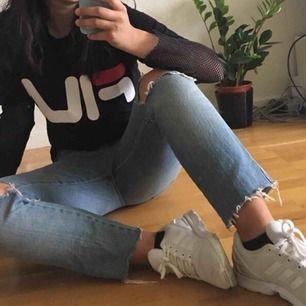 """Snygga jeans från Cubus som har blivit för små för mig! De är raka i modellen, modellen heter """"Tomboy Tracy"""". Står att det är strl 32 men de är väldigt små i storleken så de sitter mer som 27, eller strl 36-38. Frakt ingår!"""