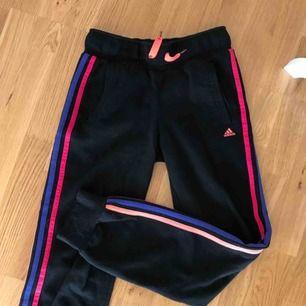 Sköna mjukisbyxor från Adidas i olika färger! Det står 13-14 år i men jag skulle säga att dem sitter som en XS. Frakt på 55 kr tillkommer