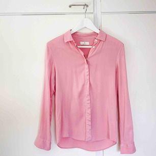 Rosa blus/skjorta från Gant. 97% cupro 3% elastan.