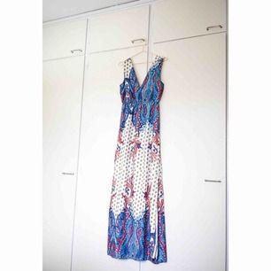 Maxiklänning med paisleymönster från Dry lake. Använd endast en gång.