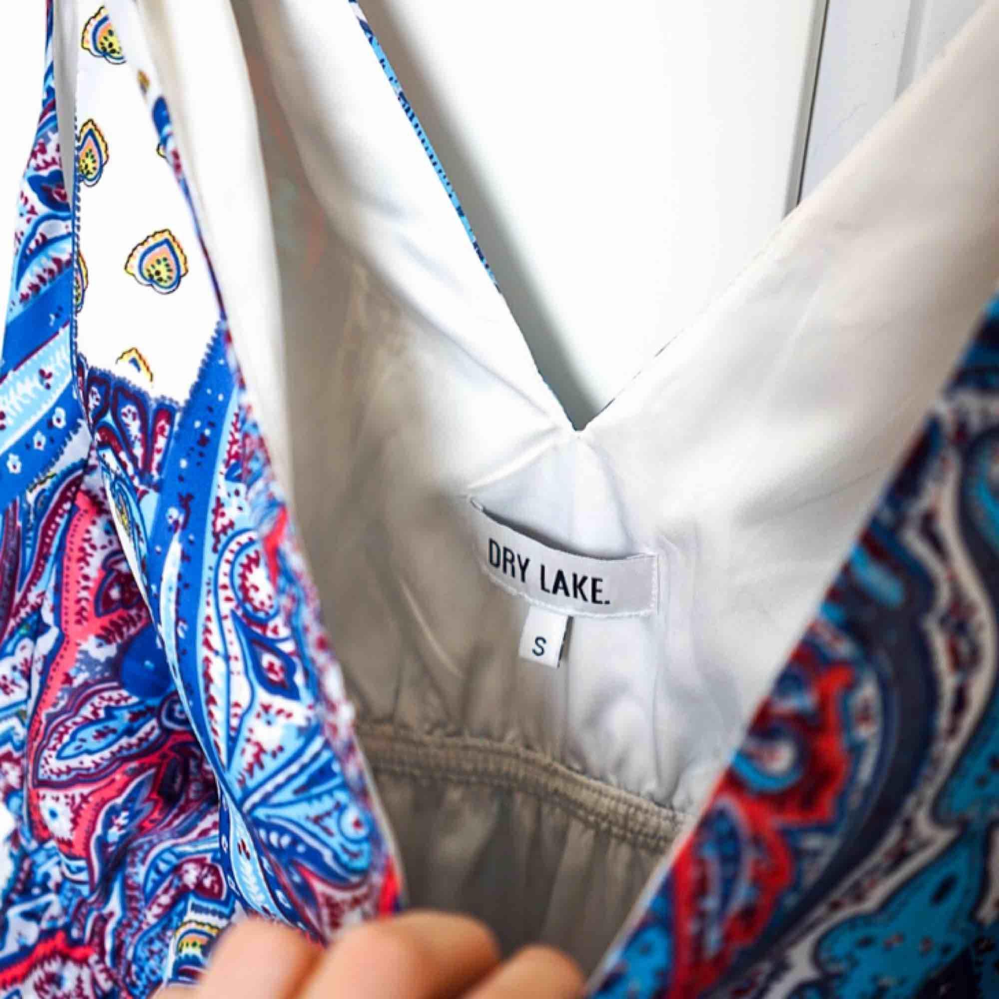 Maxiklänning med paisleymönster från Dry lake. Använd endast en gång.. Klänningar.