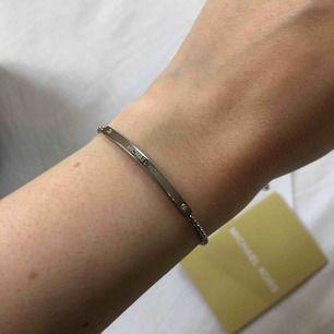 Säljer Michael Kors armband i silver, jättefint, diskret och elegant. Självklart äkta. Inköpt för 895kr på Kronjuvelen i Norrköping. Kvitto finns. Frakt tillkommer