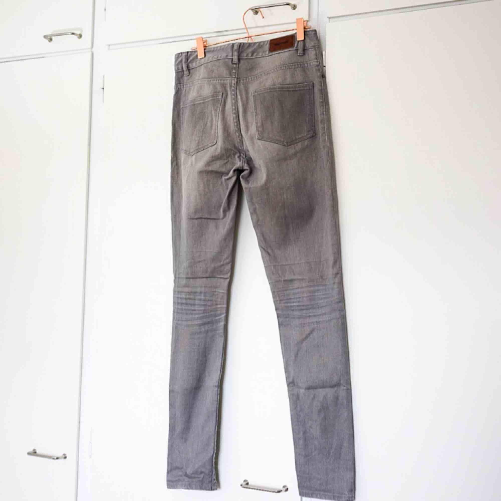 Gråa jeans från Whyred. Jeans & Byxor.