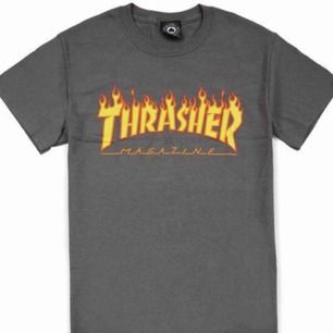 thrasher t-shirt i grått,bra skick förutom lite bristningar i trycket. kan frakta men även mötas upp, köpare står för frakten💘