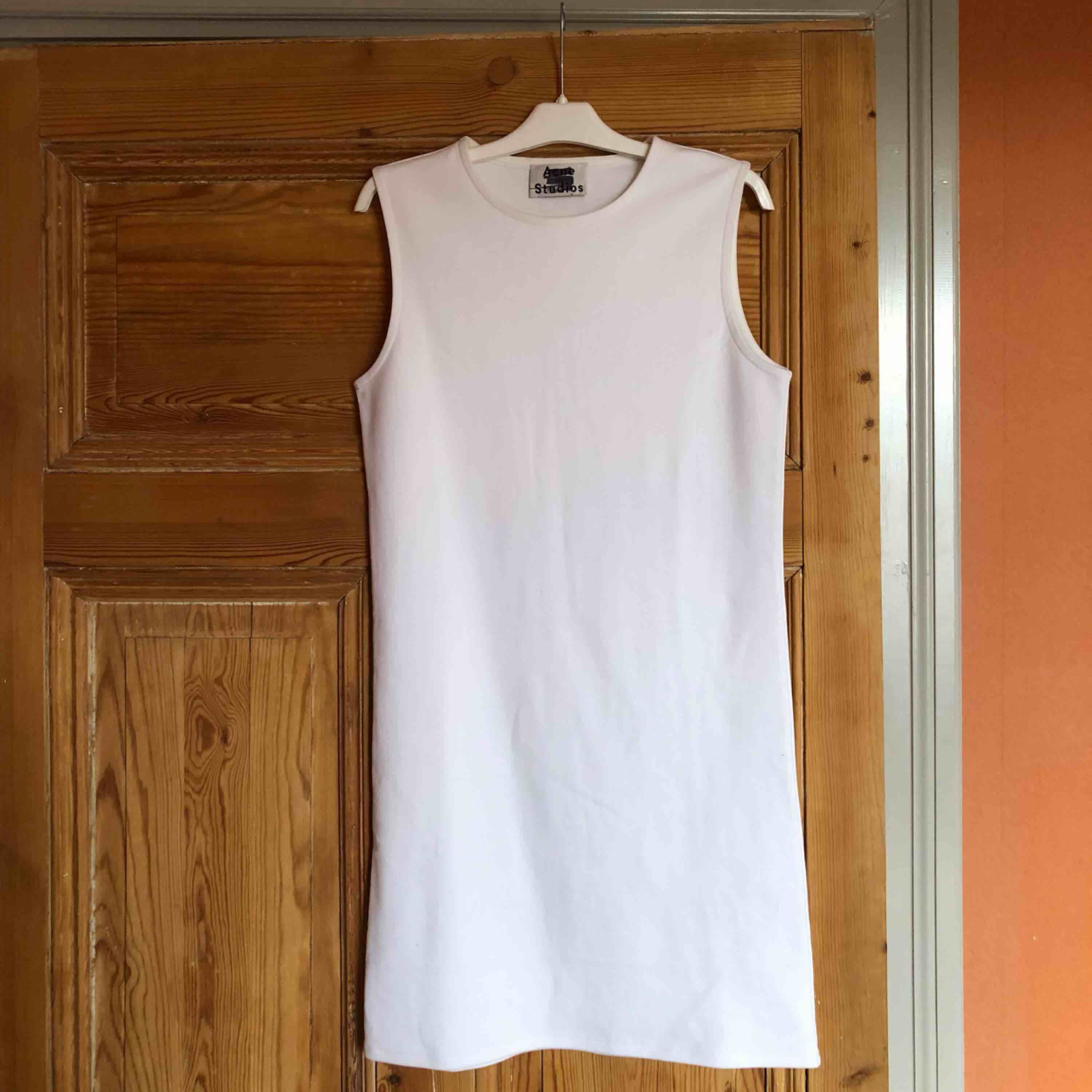 Tight and clean cut white sample dress from Acne Studios.  10/10 cond . Klänningar.
