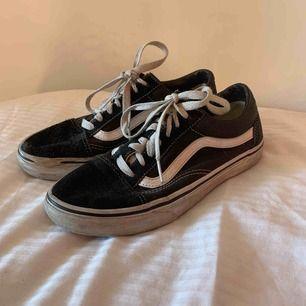 Mycket trendiga vans som jag säljer pga av att dom är för små:( ! Dom är väl använda men i bra skick förutom att det är ett litet hål på främre delen av höger sko! Därmed det billiga priset ! Hör av er vid intresse!