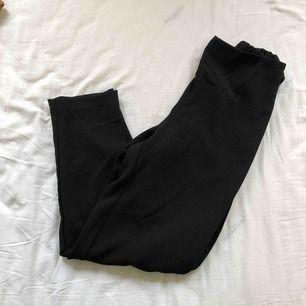 Säljer ett par kostymbyxor med rosettsnörning i midjan. Från Monki. Använda men i fint skick. Frakt tillkommer