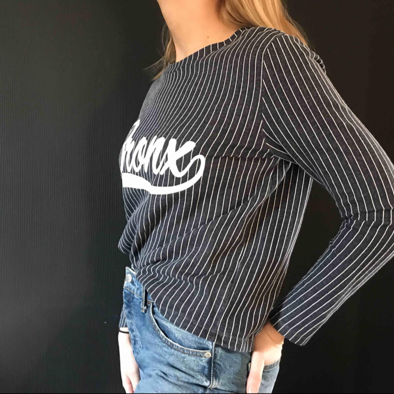 randig tröja köpt på junkyard, använd max tre gånger. Huvtröjor & Träningströjor.