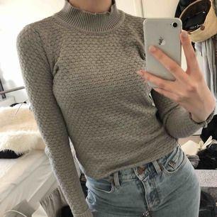 Superfin ljusgrå stickad tröja från vila. Strl xs men passar även s. Nyskick. Köparen står för frakt :)