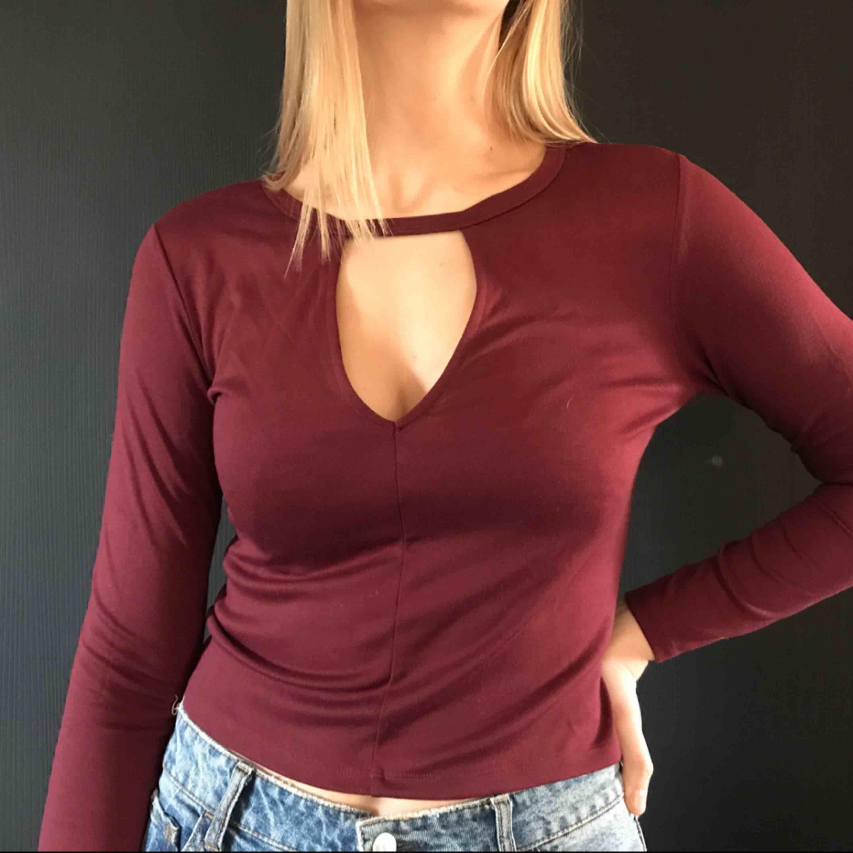 helt ny tröja från hm med en detalj kring brösten . Toppar.