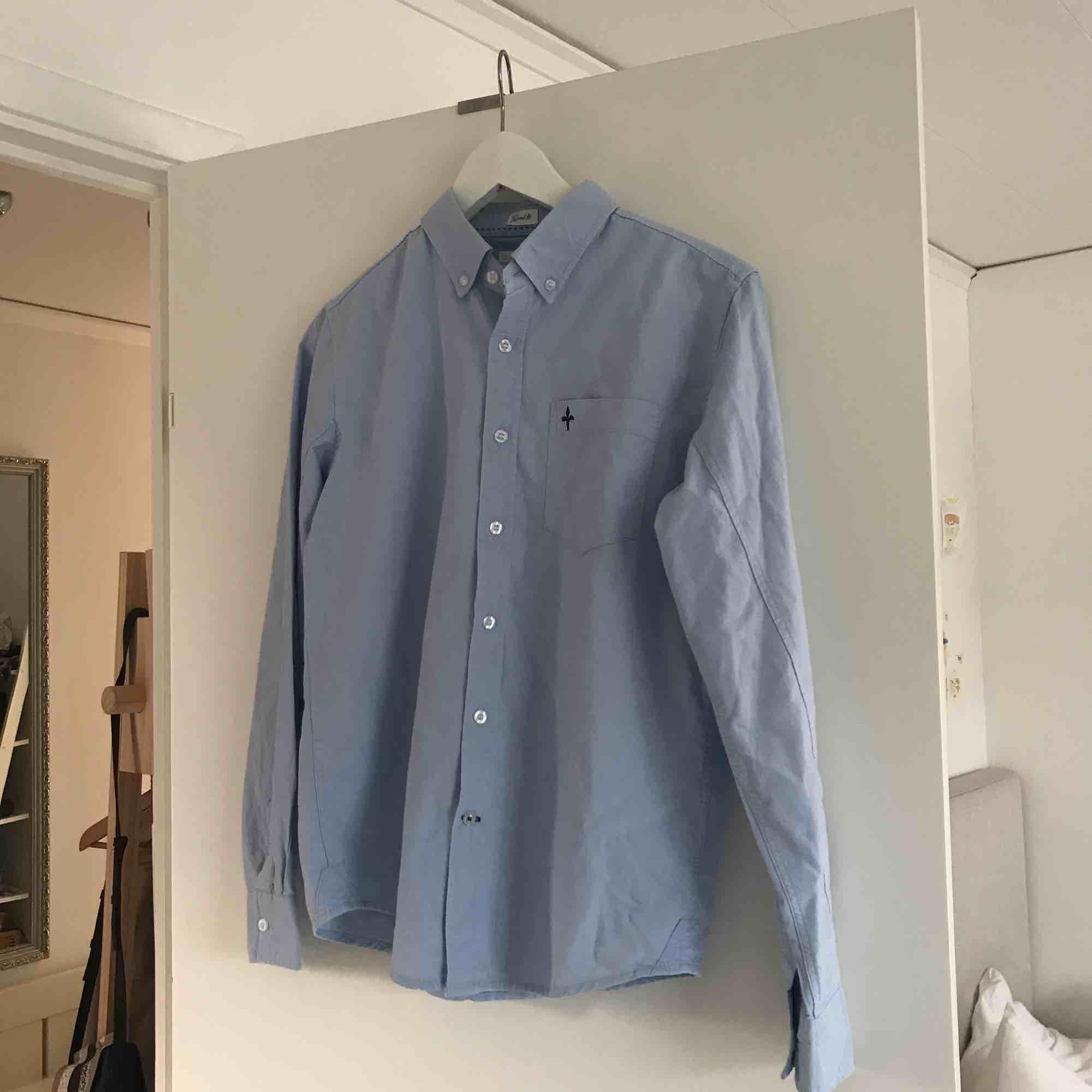 Skjorta från Lager 157 i fint skick, från killavdelningen i storlek 160 men sitter som en tjej XS/S, jag har XS som referens. Möts i Norrköping eller Linköping annars tillkommer frakt!<3. Skjortor.