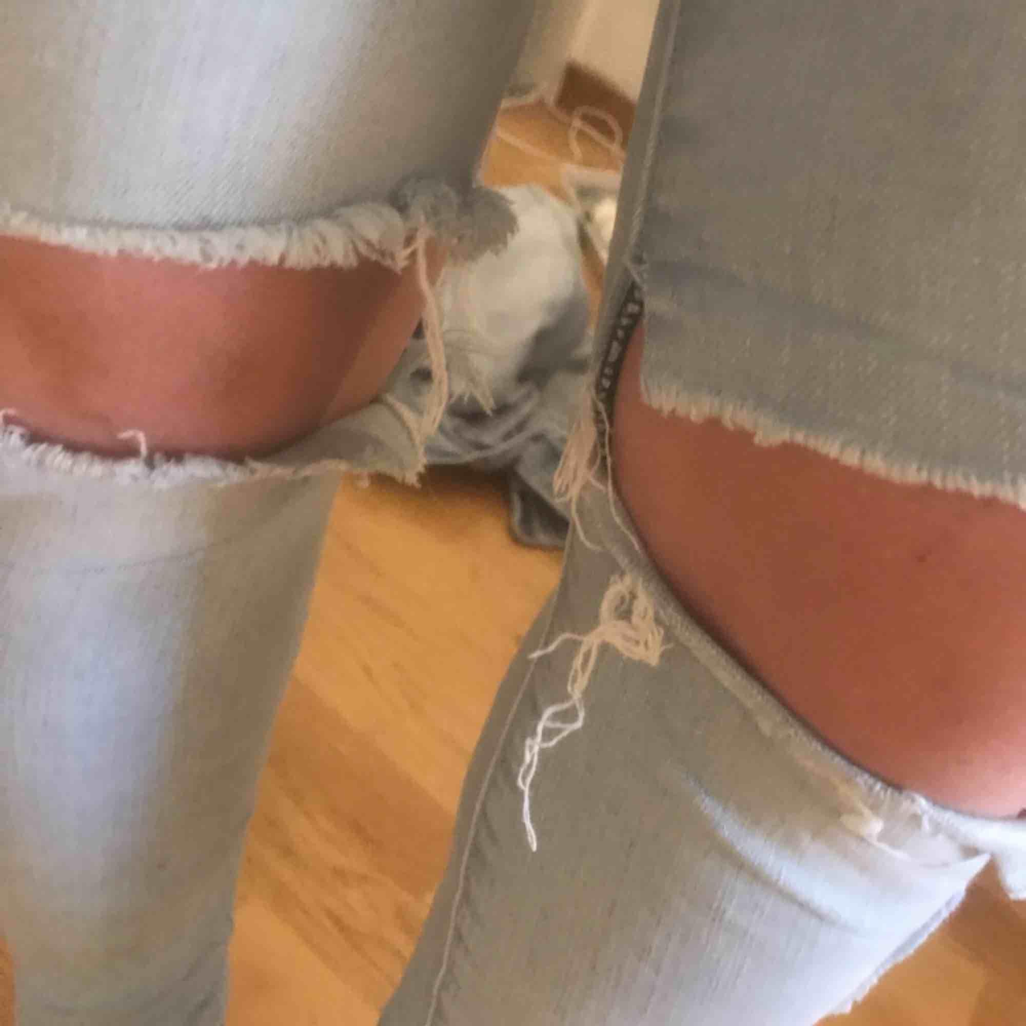 Tajta jeans med hål på knäna köpta på JC förra året, har blivit för små för mig. Strl 26/32.  Fraktkostnad tillkommer. Jeans & Byxor.
