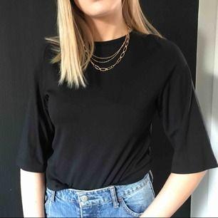 svart basic tröja från monki i fint skick, köpt second hand. skulle mer säga s än xs