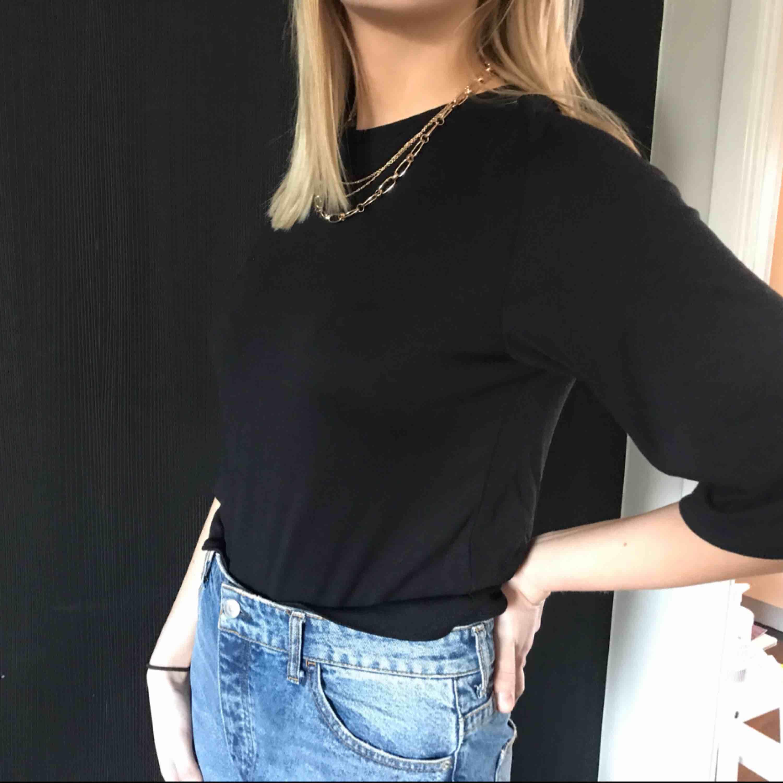 svart basic tröja från monki i fint skick, köpt second hand. skulle mer säga s än xs. Toppar.