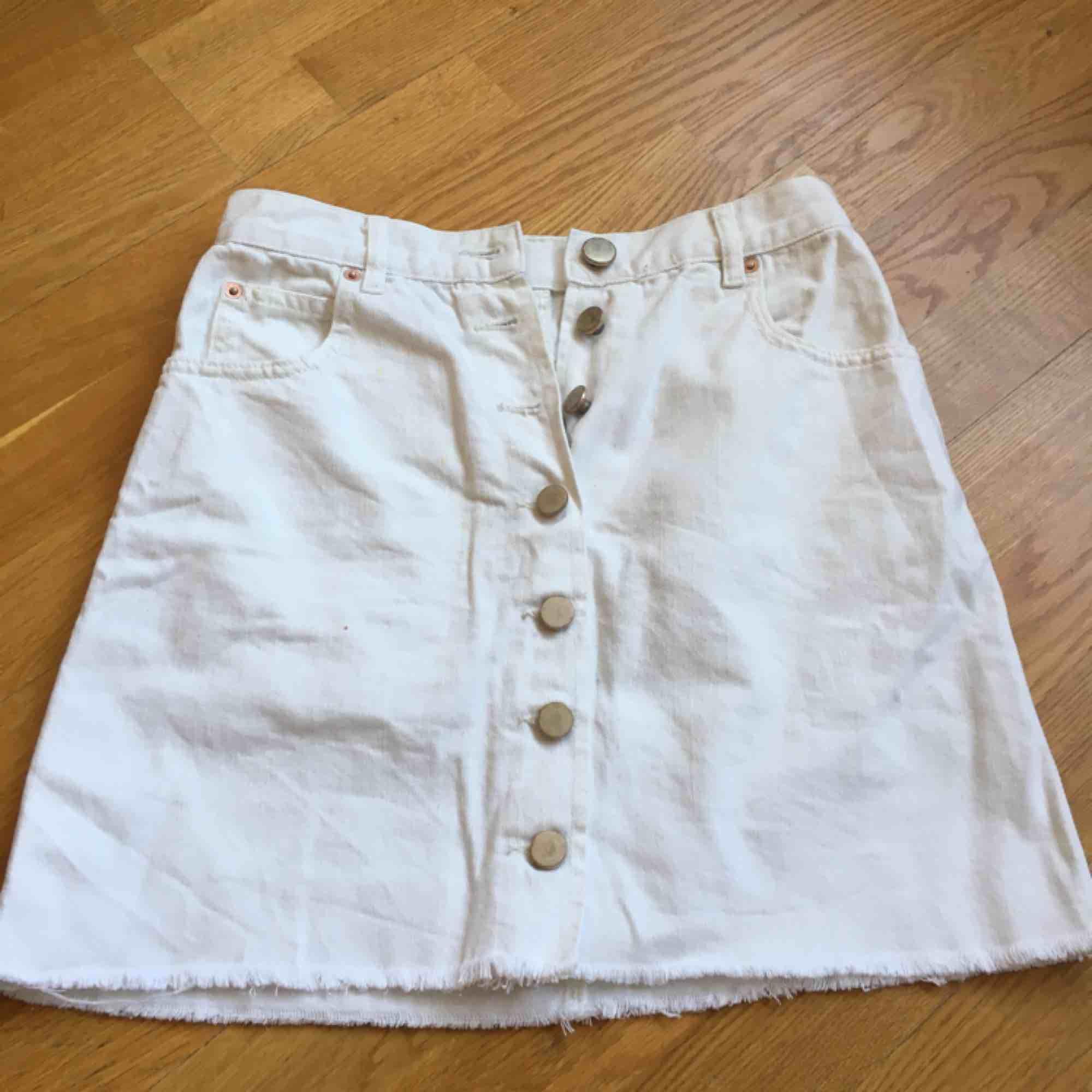 Vit jeanskjol från asos, använd en gång. Finns några gula fläckar som kappa syns (se bild). . Kjolar.