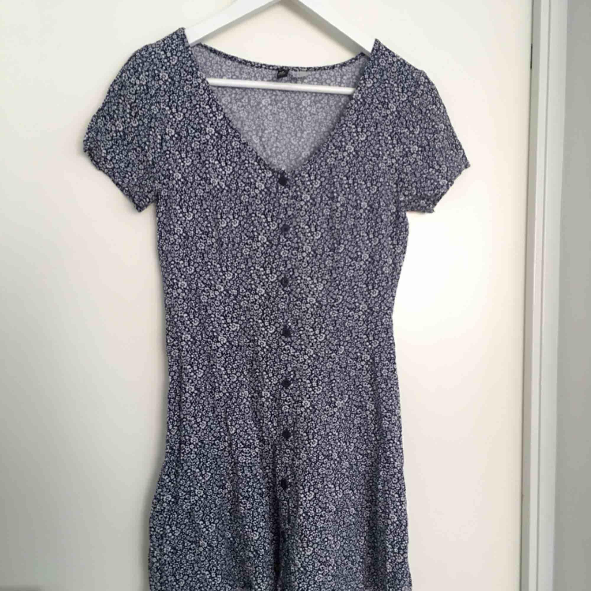 Blommig fin klänning med band!!!!! . Klänningar.
