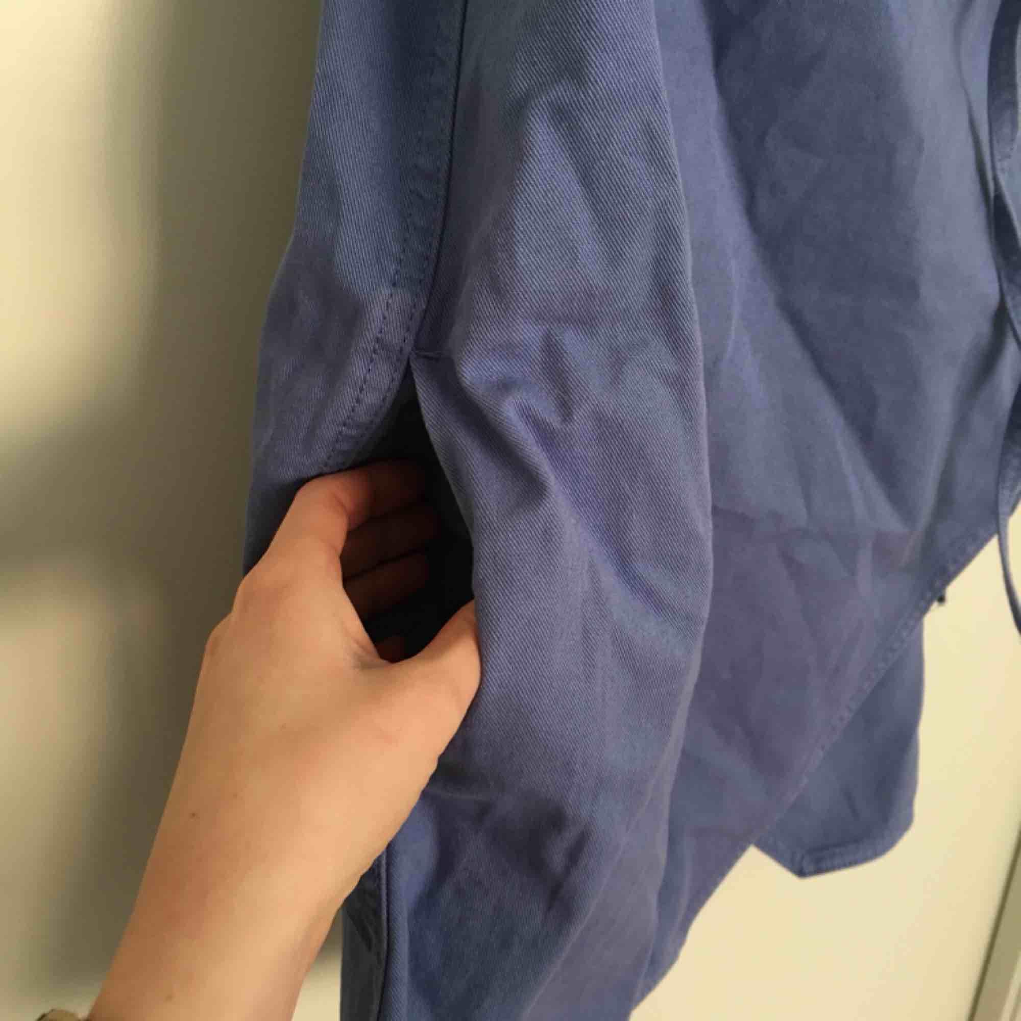 Jeansklänning från weekday, oanvänd!!!! Omlott med knytband, finns fickor. . Klänningar.