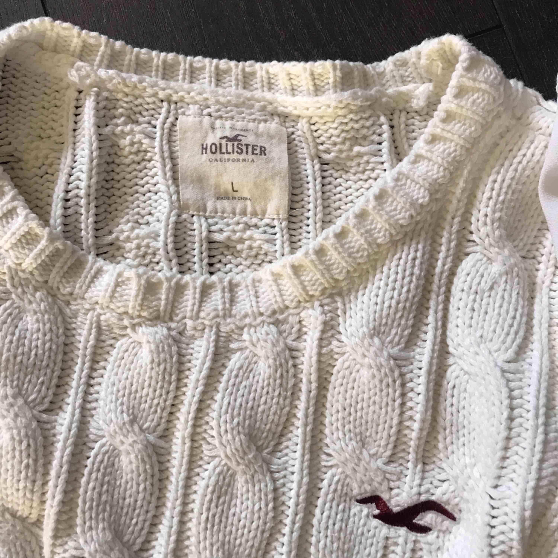 kabelstickad tröja från hollister, skulle säga att den är mer M än L. Stickat.