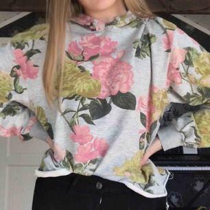 Väldigt tunn och luftig hoodie från H&M. Rätt stor i storleken. Jätteskönt material och i fint skick!  Fin att ha som den är men hade även passat snyggt under en svart t-shirt ✨ (Köparen står för frakt)