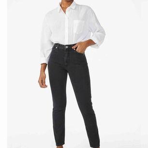 Helt oanvända monki jeans i modellen kimono ! Säljer pga att dom är försmå ! Nypris 400kr , hör av er vid intresse!!