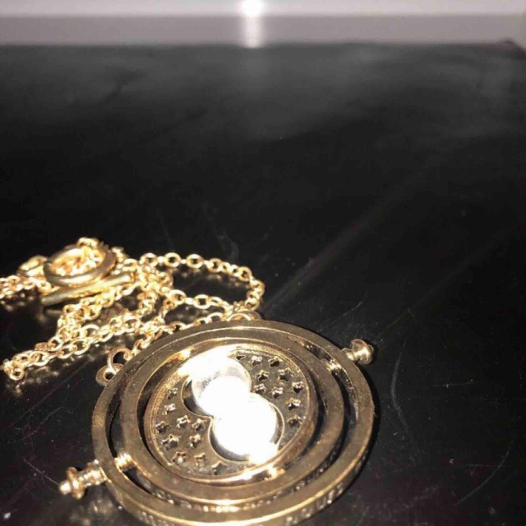 Smycke från Harry potter som går att snurra !HAR 2 EXEMPLAR!. Accessoarer.