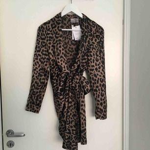En omlottklänning från asos I sidenmaterial, SKITSNYGG!!! Tyvärr passar inte storleken mig.... nypris ca 650kr och den är oanvänd. Har dock sprättat bort axelvaddarna men inget som läggs märke till på klänningen.