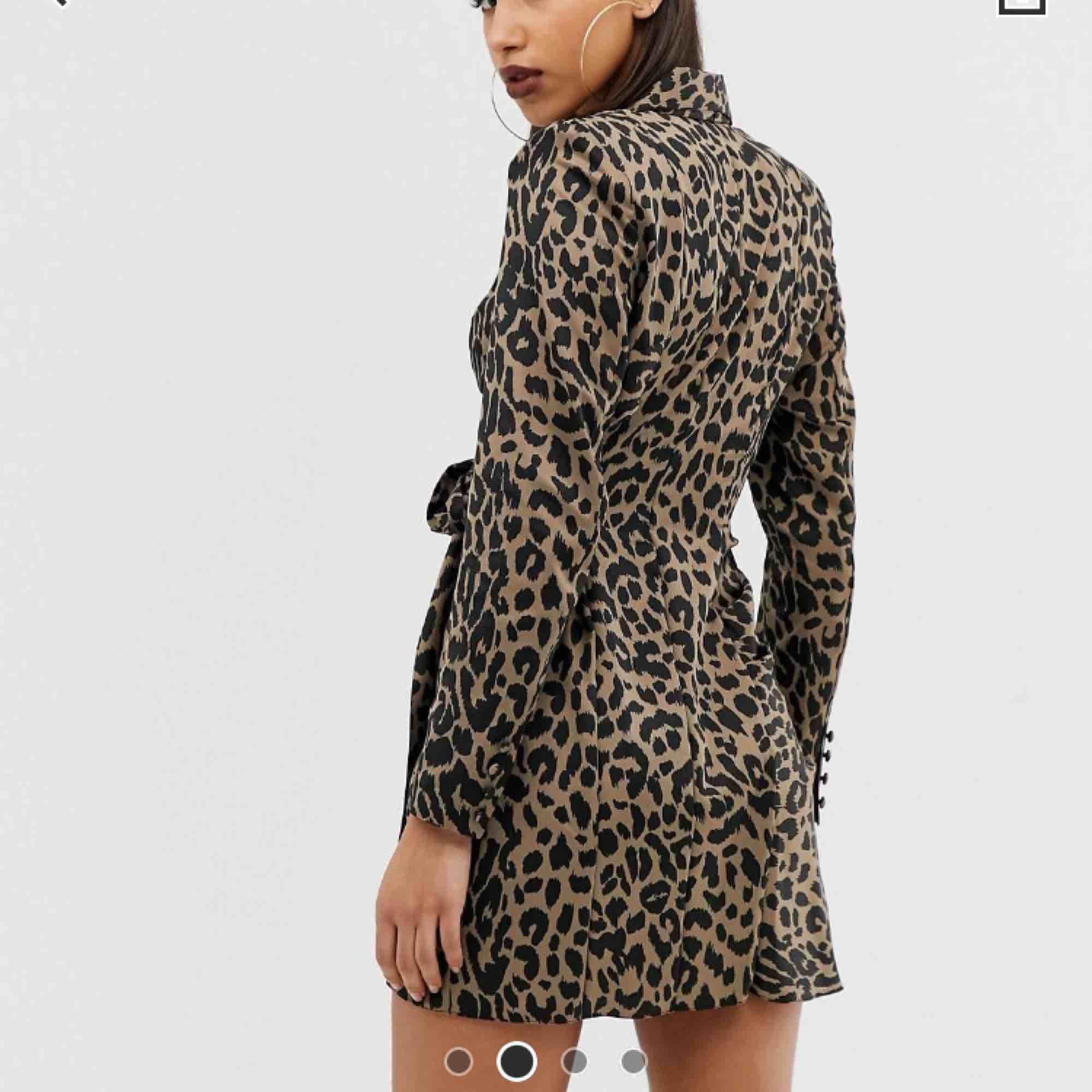 En omlottklänning från asos I sidenmaterial, SKITSNYGG!!! Tyvärr passar inte storleken mig.... nypris ca 650kr och den är oanvänd. Har dock sprättat bort axelvaddarna men inget som läggs märke till på klänningen. . Klänningar.