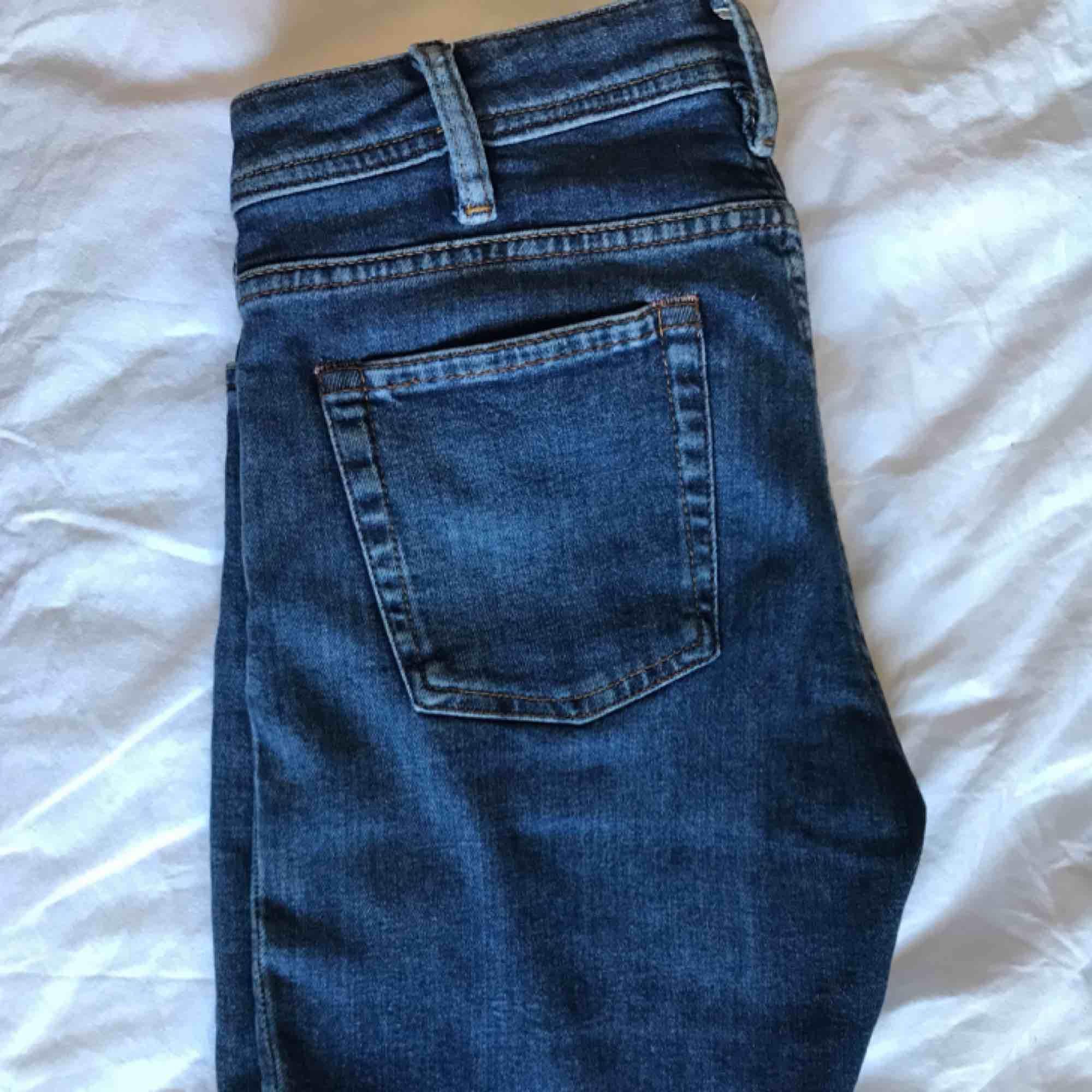 Acne blå konst mörkblå jeans low waist. Sparsamt använda, inga flaws🦋 size🧷w:28 l:32.. Jeans & Byxor.