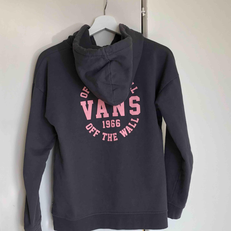 Grå vanshoodie med rosa tryck. Mycket fint skick och sparsamt använd. Huvtröjor & Träningströjor.