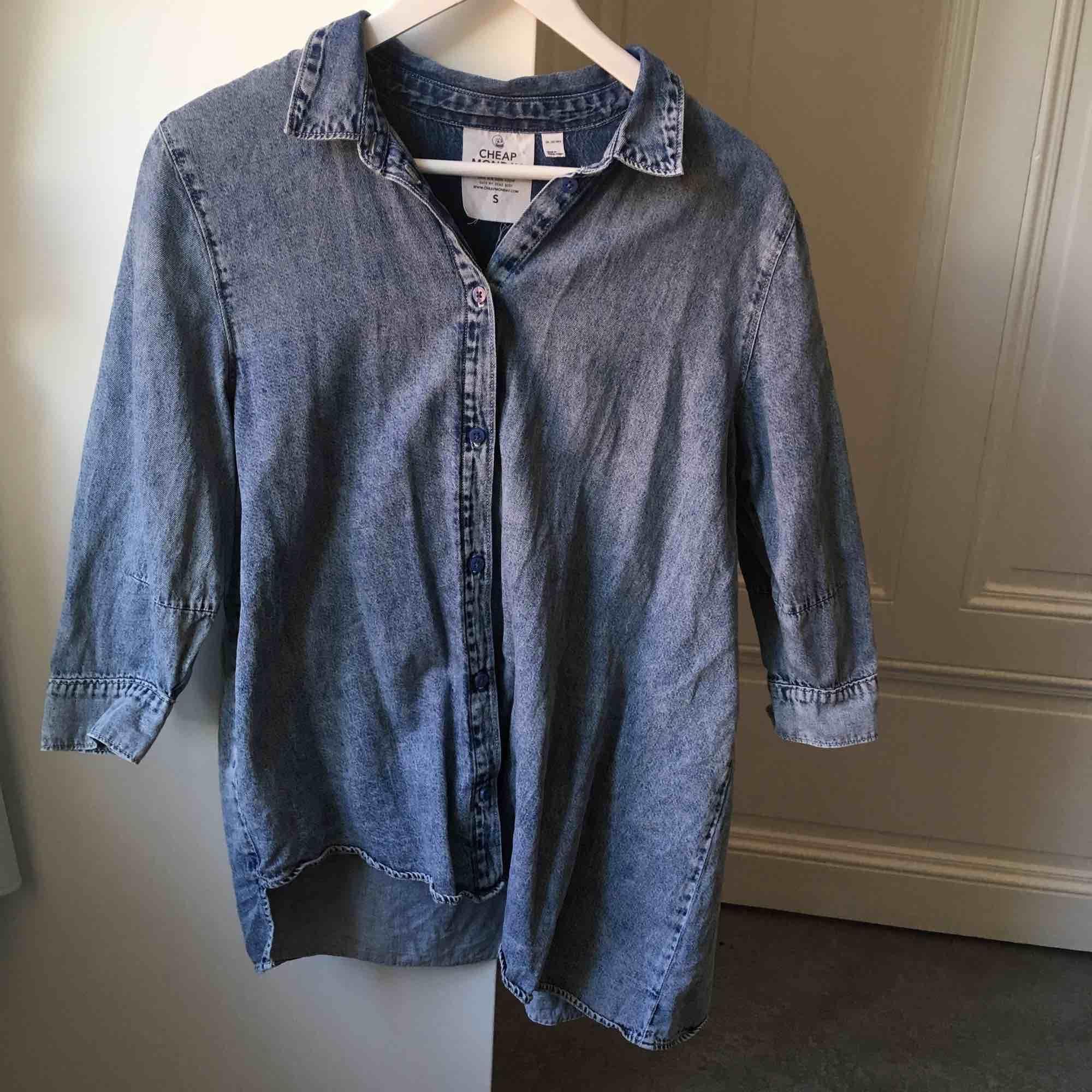 Najs jeansskjorta från Cheap Monday! (Syns kanske inte så tydligt på bilden men den är designad så att den är lite längre på ena sidan).. Skjortor.