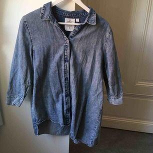 Najs jeansskjorta från Cheap Monday! (Syns kanske inte så tydligt på bilden men den är designad så att den är lite längre på ena sidan).